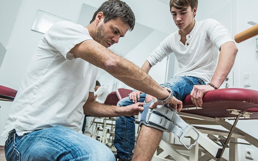 montaż usztywniacz kolanowego
